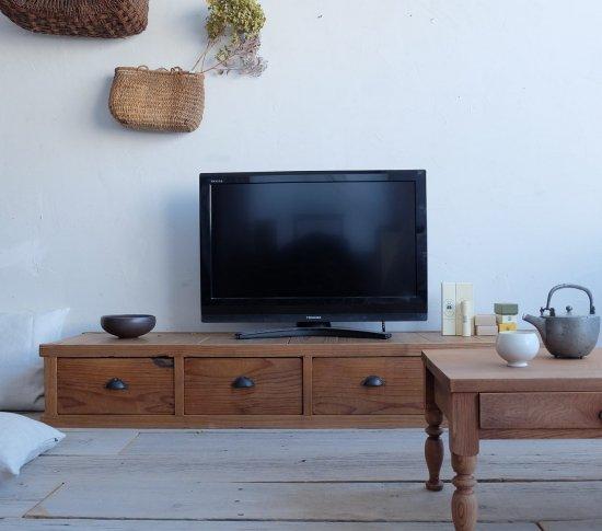 四杯のテレビボードの画像