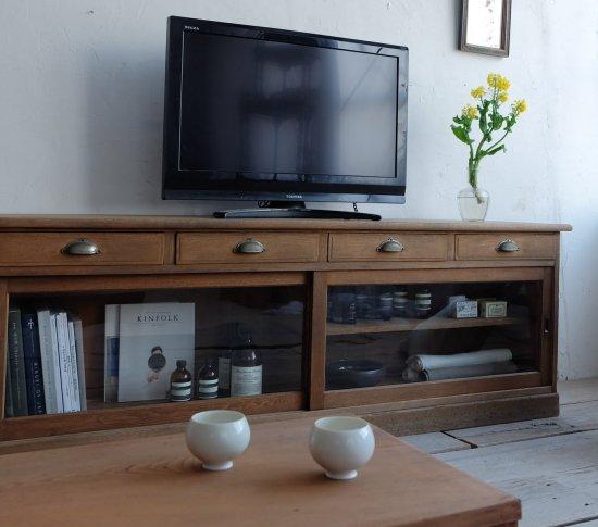 端正なテレビボードの画像