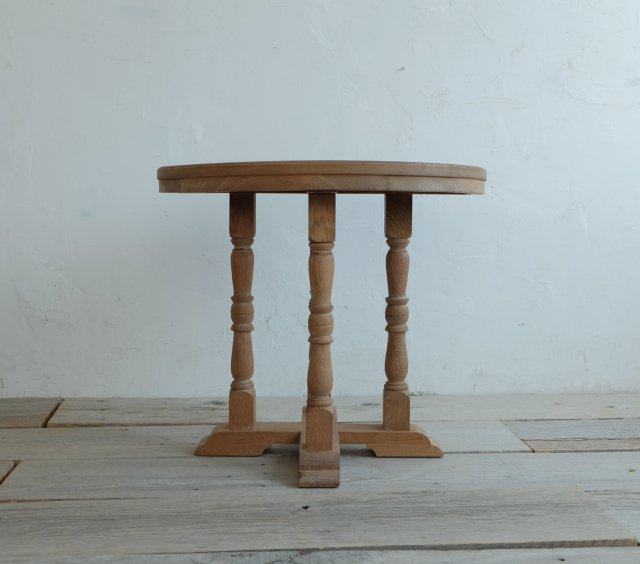 四つ脚のラウンドテーブル
