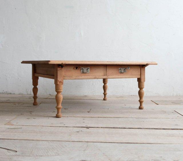 シャープなリビングテーブル