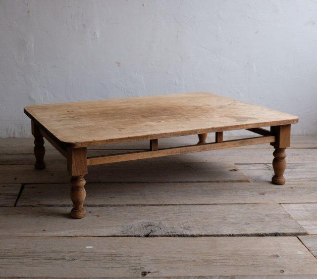 柔和なろくろ脚のリビングテーブル