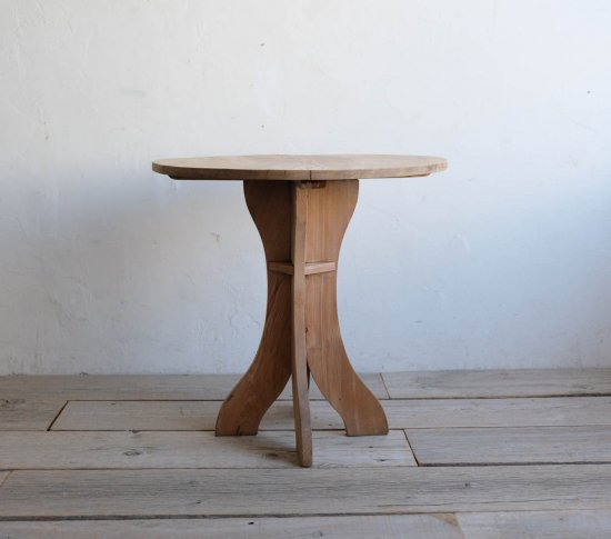 こがね色の丸テーブル