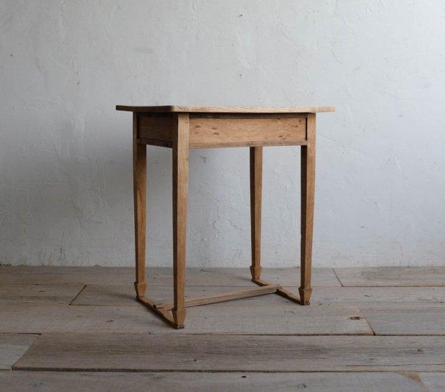 シャープなサイドテーブル