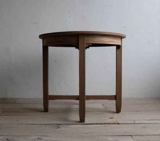 枯淡なラウンドテーブル