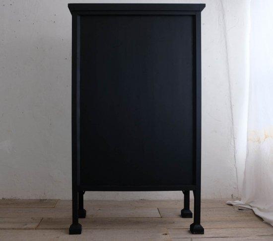 漆黒のガラスキャビネットの画像