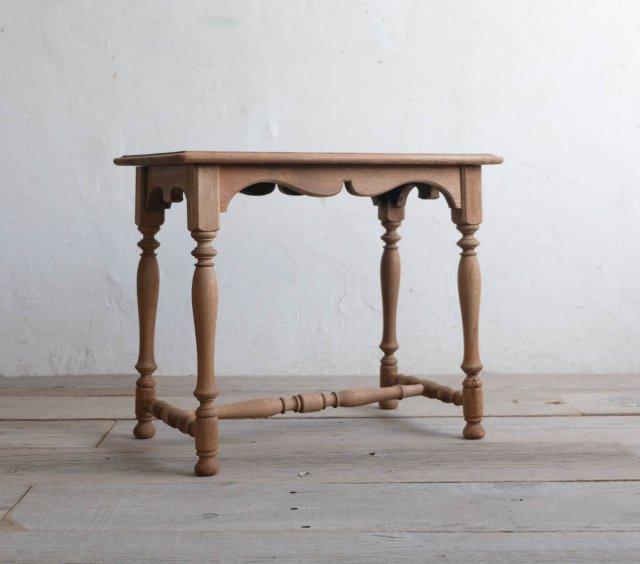 ろくろ脚のサイドテーブル