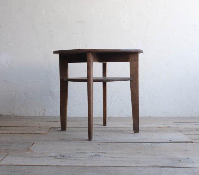 枯淡な栗のラウンドテーブル