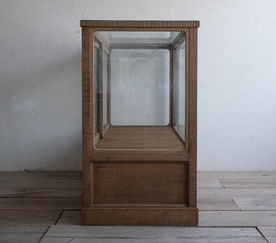 帯飾りのガラスショーケースの画像