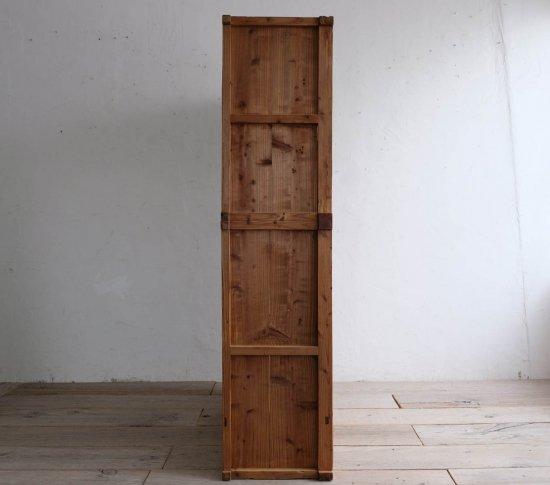 端正な3枚扉の飾り棚の画像