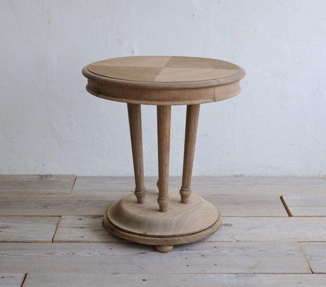 有機的なカフェテーブル