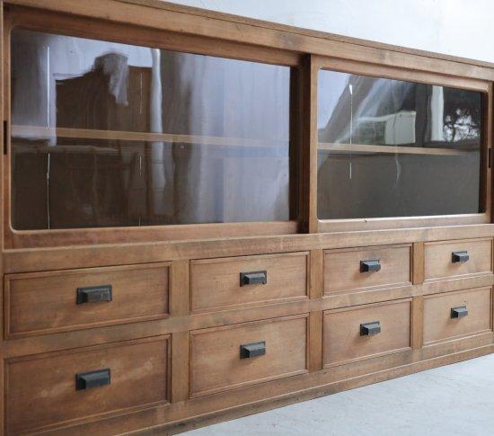 幽玄な8杯の飾り棚の画像