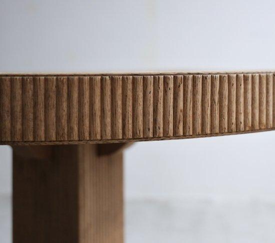 帯飾りのエレガントな丸テーブルの画像