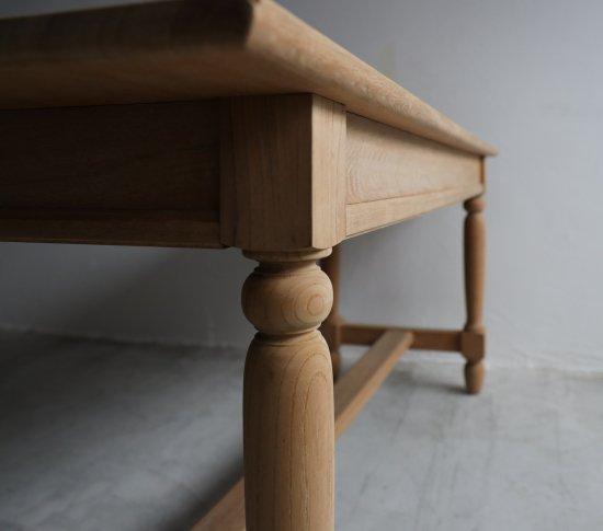 キュートなダイニングテーブルの画像