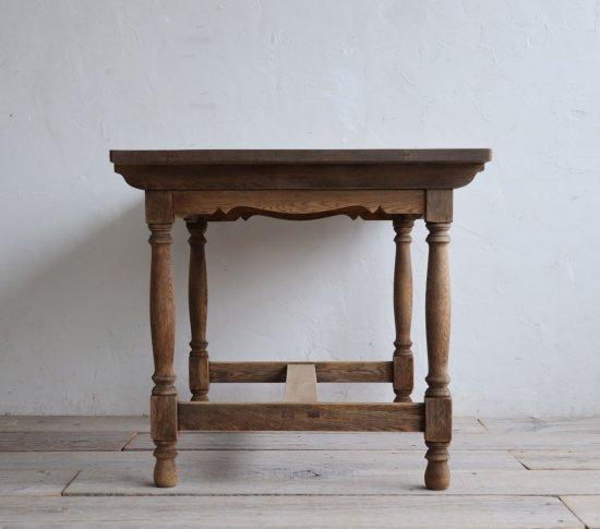 貴婦人なダイニングテーブルの画像