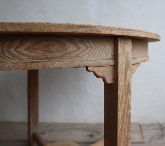 枯淡なラウンドテーブルの画像