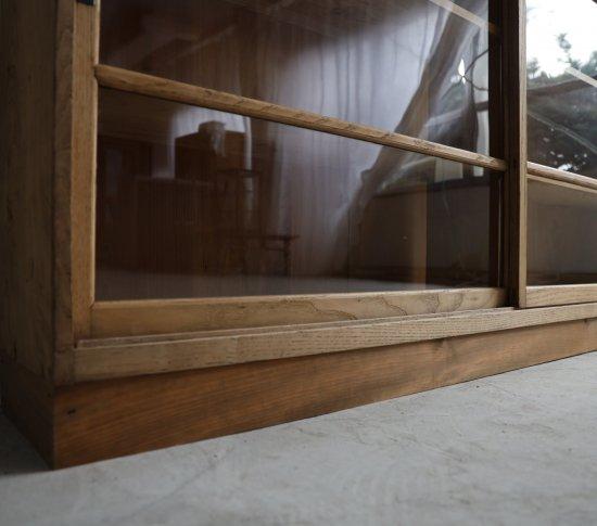 質実な薄い飾り棚の画像