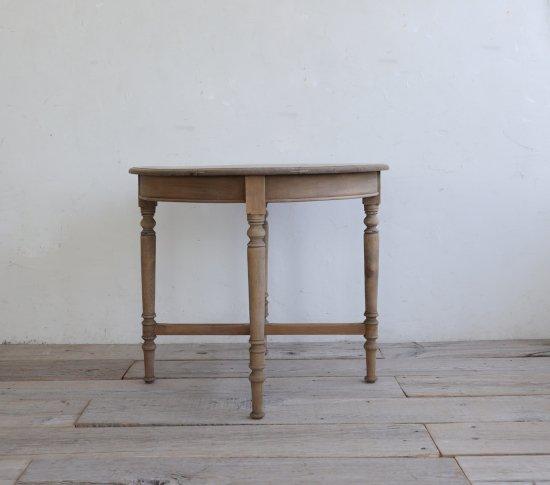 ろくろ脚の丸テーブルの画像