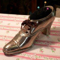 イギリス1930〜'40年代、メタル製ブーツ型ピン・クッション 【 アンティーク1705-03 】