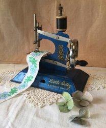 イギリス1950〜'60年代、LITTLE BETTY社のブリキのトイミシン【 アンティーク1708-06 】