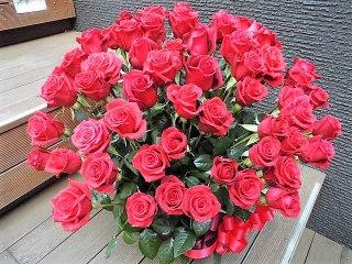 デザイナーお任せ赤バラプロポーズ108本フラワーアレンジメント(生花)サイズW50×D40×H70