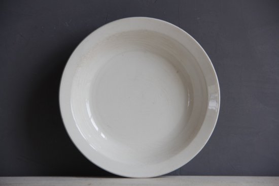 白釉の深皿中