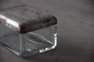 金属の蓋付きガラス小物入れ