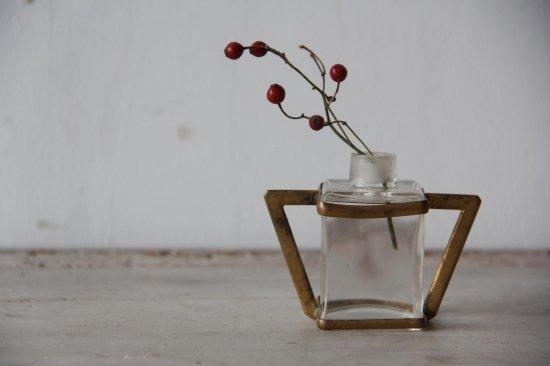 真鍮フレームの四角いガラス瓶