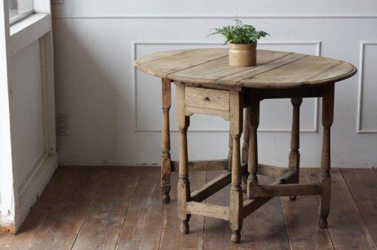 重厚なオーク材のドロップリーフテーブル