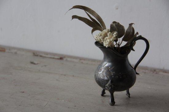 花柄彫金の脚付ミニピッチャー