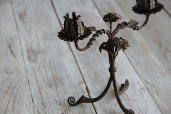 薔薇モチーフの鉄製燭台