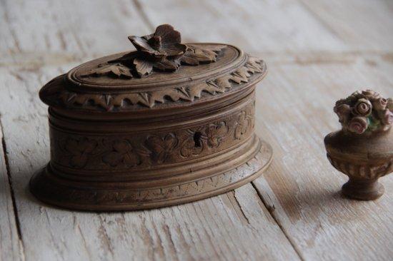 手彫りの木製ジュエリーボックス