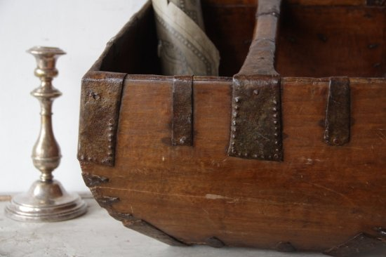 鉄金具の無骨な木製バスケット
