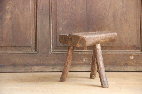 3本脚の木製スツール