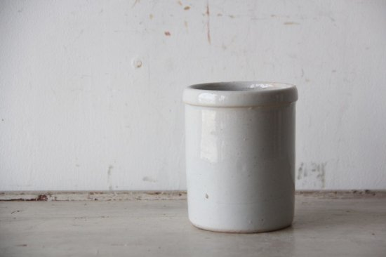 白い陶製のポット