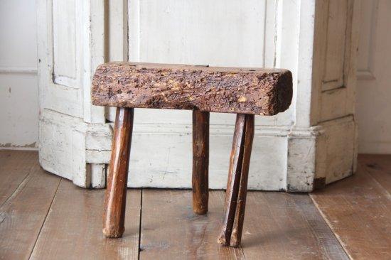 3本脚の木製のスツール