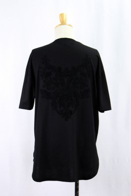 <img class='new_mark_img1' src='https://img.shop-pro.jp/img/new/icons25.gif' style='border:none;display:inline;margin:0px;padding:0px;width:auto;' />Back Embroidery  Hem Step Round Tee