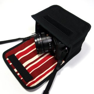 LUMIX GX7 Mark IIIケース(ブラック・ボルドーストライプ)--単焦点ライカDGレンズ用--カラビナ付