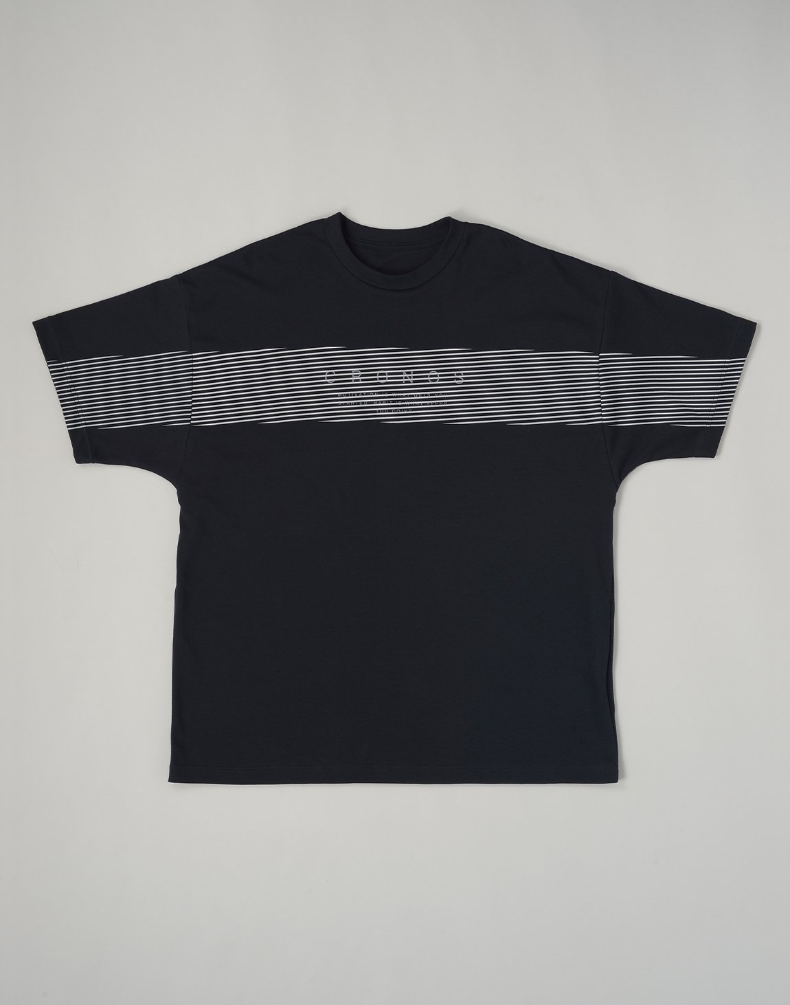 <img class='new_mark_img1' src='https://img.shop-pro.jp/img/new/icons55.gif' style='border:none;display:inline;margin:0px;padding:0px;width:auto;' />CRONOS PARALLEL LINE LOGO OVERSIZE T-SHIRTS【BLACK】