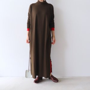 <img class='new_mark_img1' src='https://img.shop-pro.jp/img/new/icons13.gif' style='border:none;display:inline;margin:0px;padding:0px;width:auto;' />maison de soil / PLAIN STITCH DROP SHOULDER POLO NECK ONE-PIECE WITH SLIT(2color)