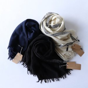 <img class='new_mark_img1' src='https://img.shop-pro.jp/img/new/icons13.gif' style='border:none;display:inline;margin:0px;padding:0px;width:auto;' />maison de soil / WOOL SILK BIG SELVEDGE STOLE(3color)