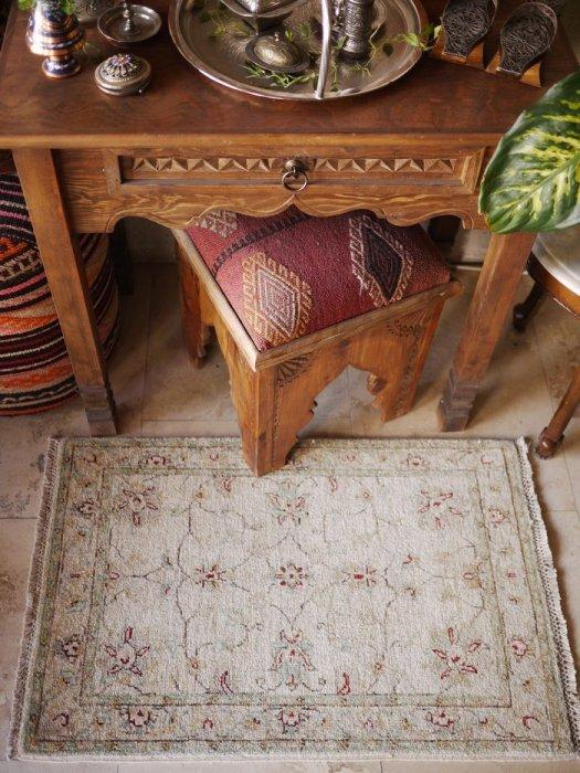 新しい絨毯 ウシャク 小さいサイズ 約89×59