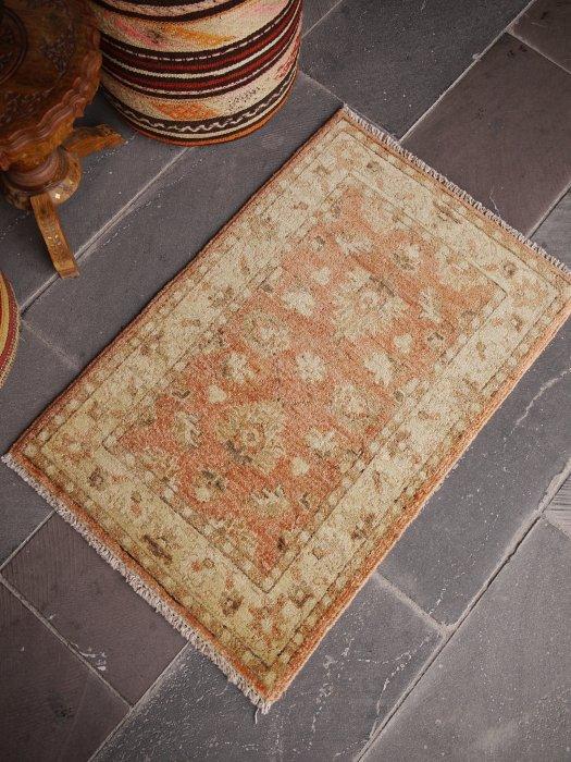 新しい絨毯 ウシャク 淡いサーモンピンク 小さいサイズ 約90×60
