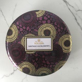 Voluspa Japonica Santiago Huckleberry Tin Candle(3-Wick)|ボルスパ サンティアゴハックルベリー キャンドル(大・3本芯)
