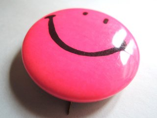 <img class='new_mark_img1' src='https://img.shop-pro.jp/img/new/icons44.gif' style='border:none;display:inline;margin:0px;padding:0px;width:auto;' />1970's Smiley-Face Pinback Button PINK