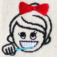 歯をみがく女の子