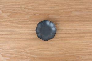 菊割小皿 | 黒鉄砂