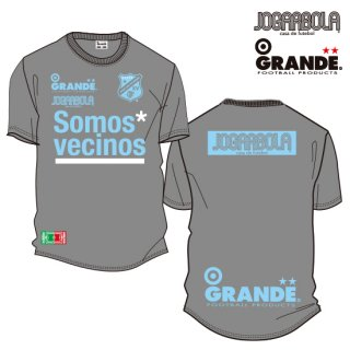 "<img class='new_mark_img1' src='https://img.shop-pro.jp/img/new/icons8.gif' style='border:none;display:inline;margin:0px;padding:0px;width:auto;' />JOGARBOLA×GRANDE ""Somos* vecinos"" DRY MESH T-Shirts - GRY/SAX"