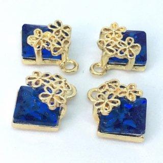 花飾りのクリスタルビジューチャーム(4個)サファイア A級ガラスストーン ゴールド台座付きパーツ