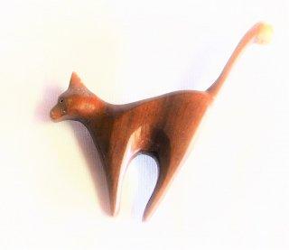狙うネコのブローチ  ナツメ