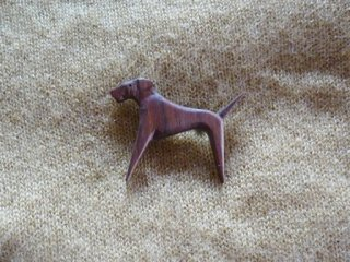 足の長い犬のブローチ ウエンジュ